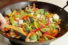 verdure saltate in una pentola wok