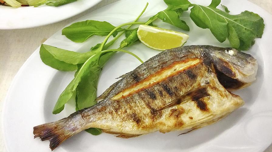 Cucinare pesce arrosto guida il giornale del cibo for Cucinare branzino 5 kg