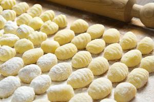 gnocchi-ai-4-formaggi-su-vellutata-di-rapa-rossa