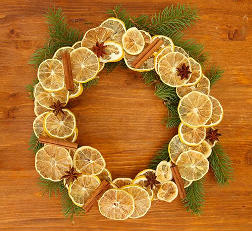 Decorazioni natalizie fai da te come realizzare una ghirlanda - Decorazioni natalizie legno fai da te ...