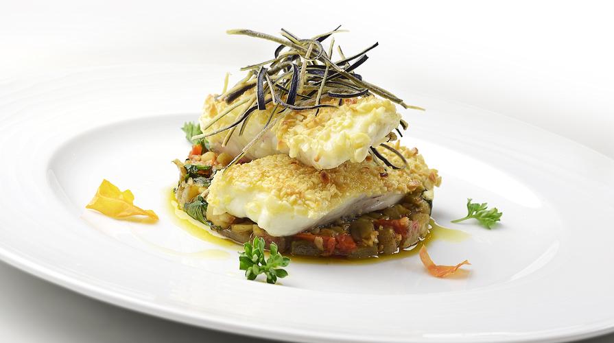 Filetto di pesce in crosta di patate il giornale del cibo - Filetto di orata al forno su letto di patate ...