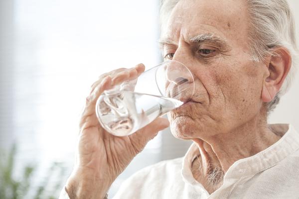 anziano acqua